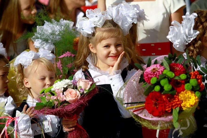 Фото девочек на 1 сентября с красивыми букетами