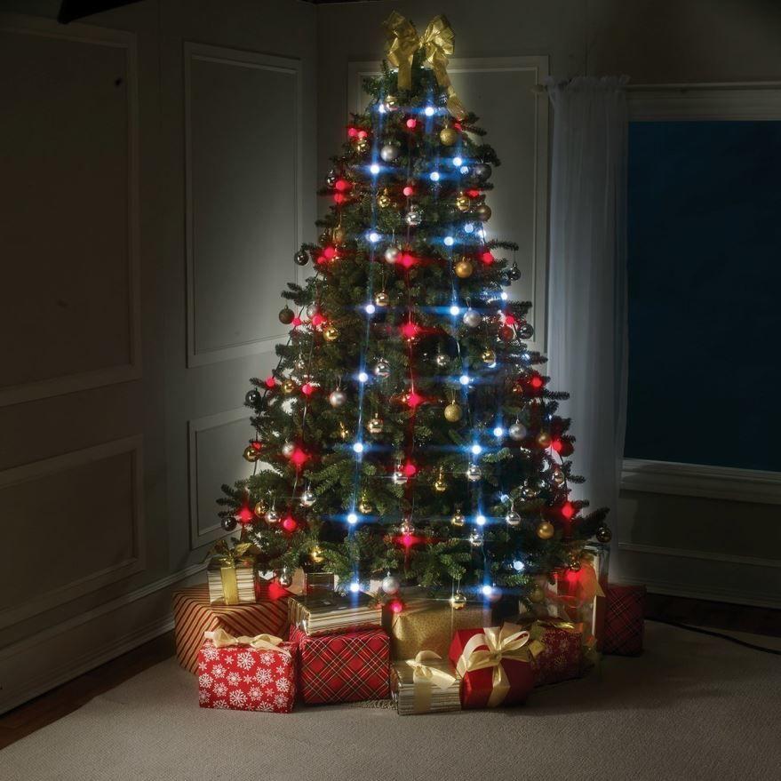 Новогодняя елка с разноцветными шарами и гирляндами