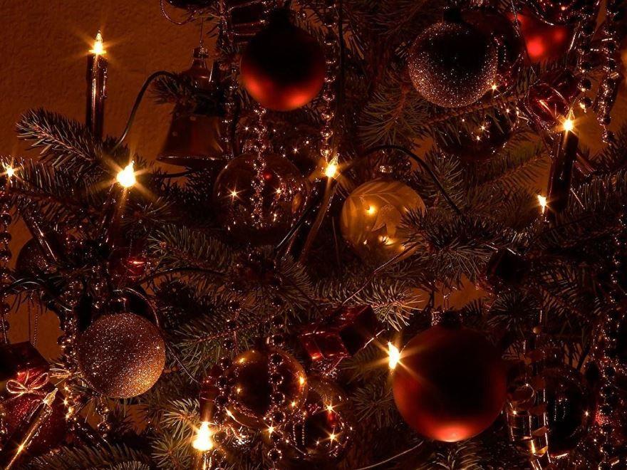 Новогодняя елка с разноцветными шарами