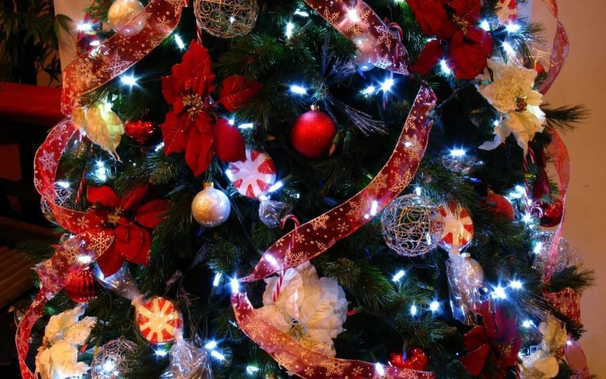 Украшенная Новогодняя елка с шарами