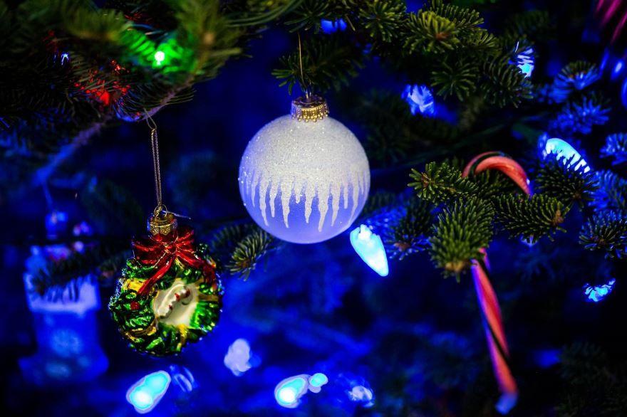 Новогодние игрушки и шары на елке