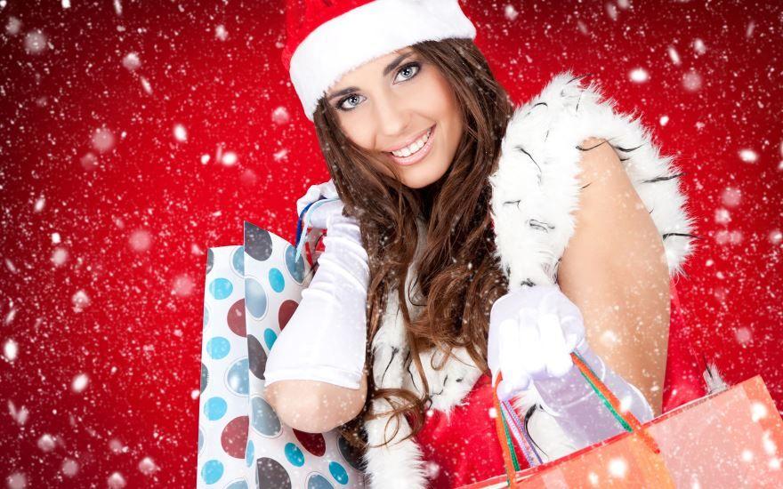 Девушка на Новый год с подарками