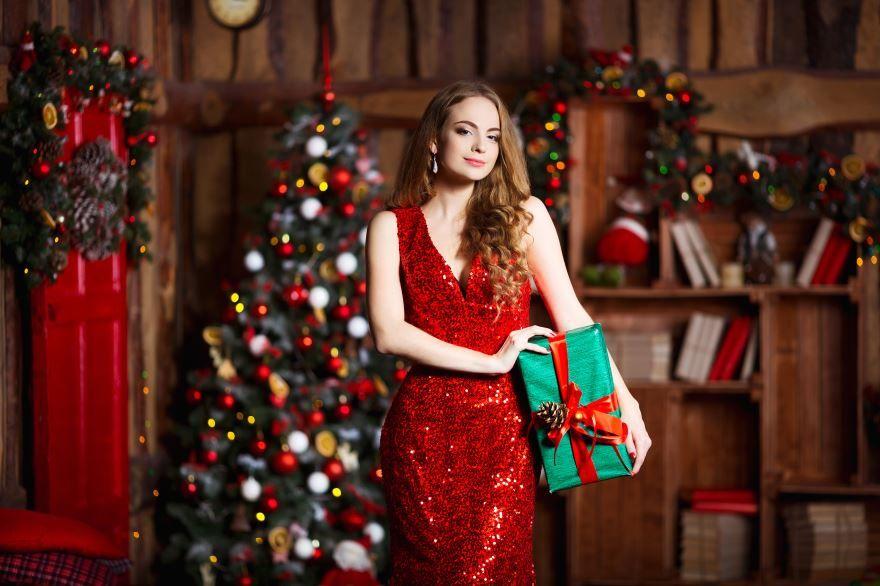 Новогодние картинки, красивая девушка с подарком