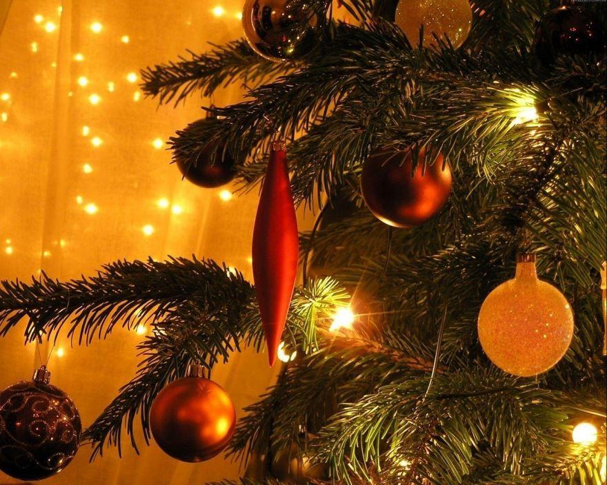 Новогодняя картинка елка с шарами