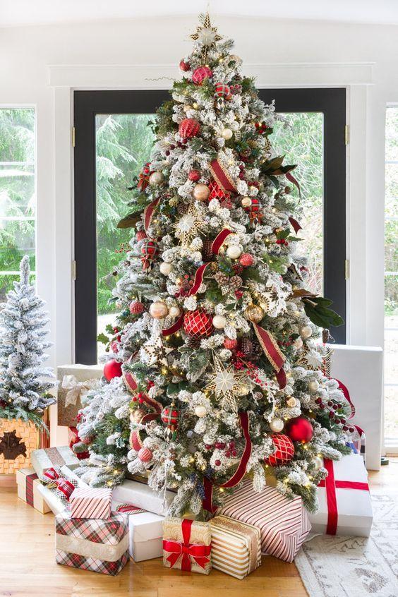 Новый год под елкой много подарков