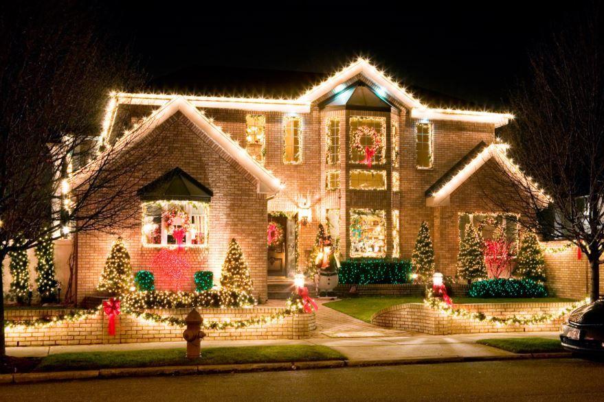 Украшение фасада дома на Новый год