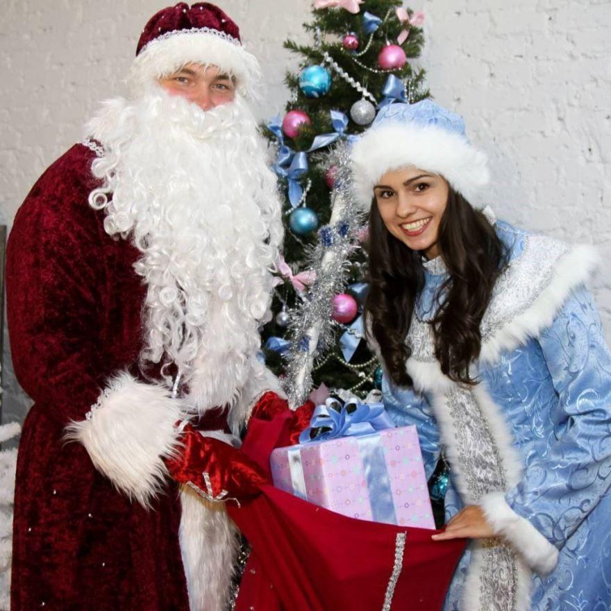 Красивое фото Деда Мороза и Снегурочки