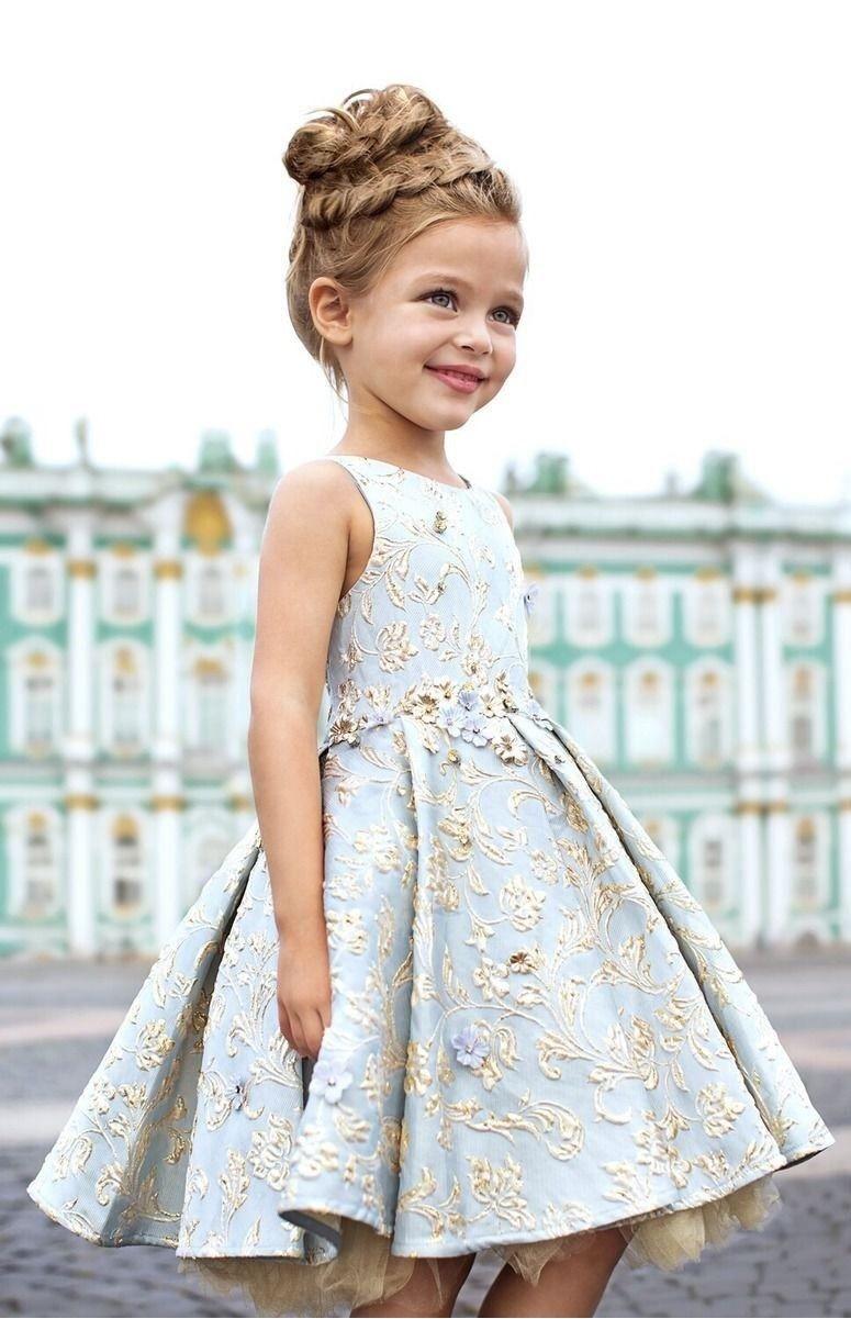 Фото красивой девочки в изумительном платье на выпускной