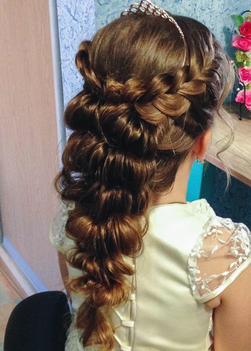 Прическа на длинные волосы для девочки на выпускной 4 класс