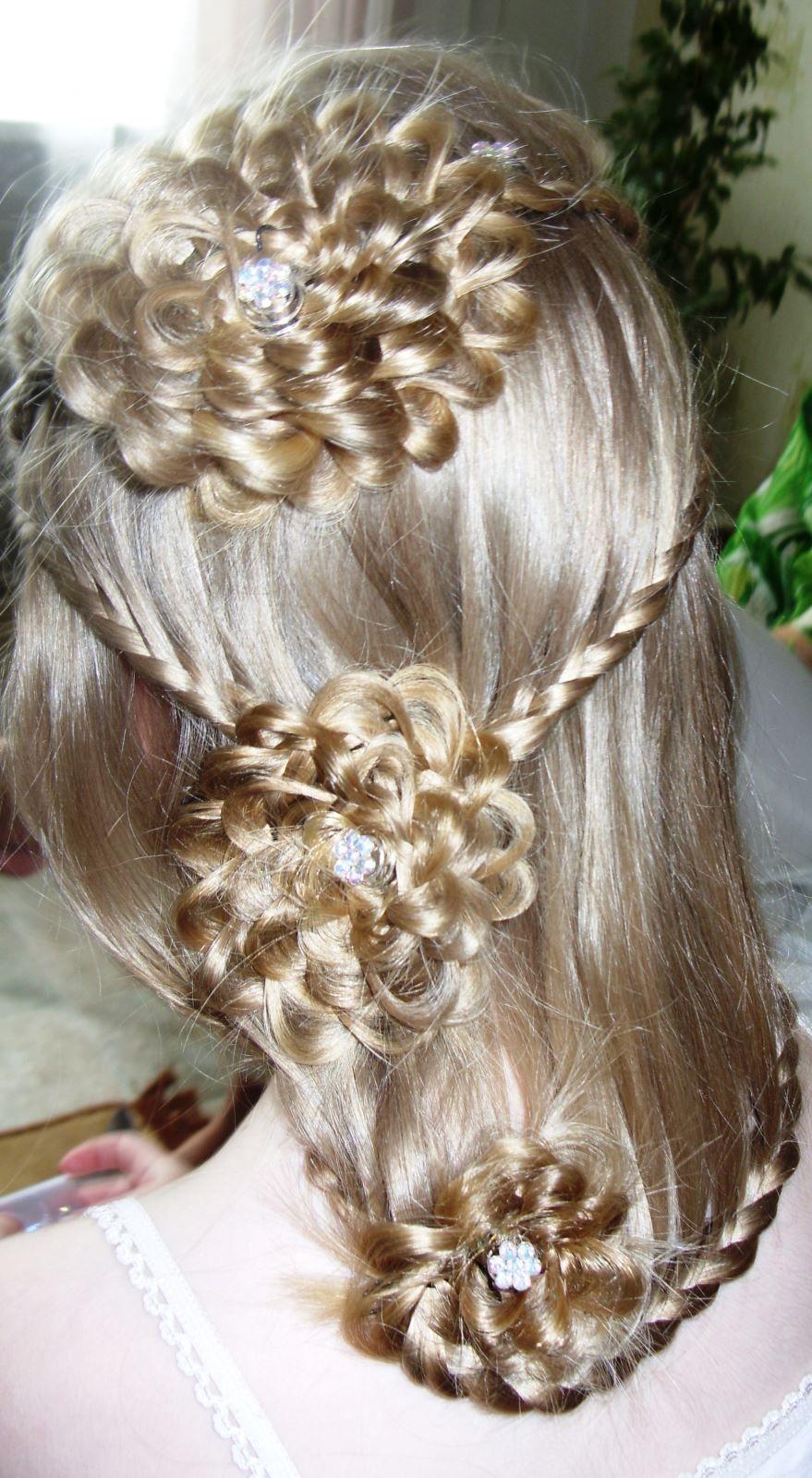 Красивая прическа на длинные волосы для девочки на выпускной 4 класс