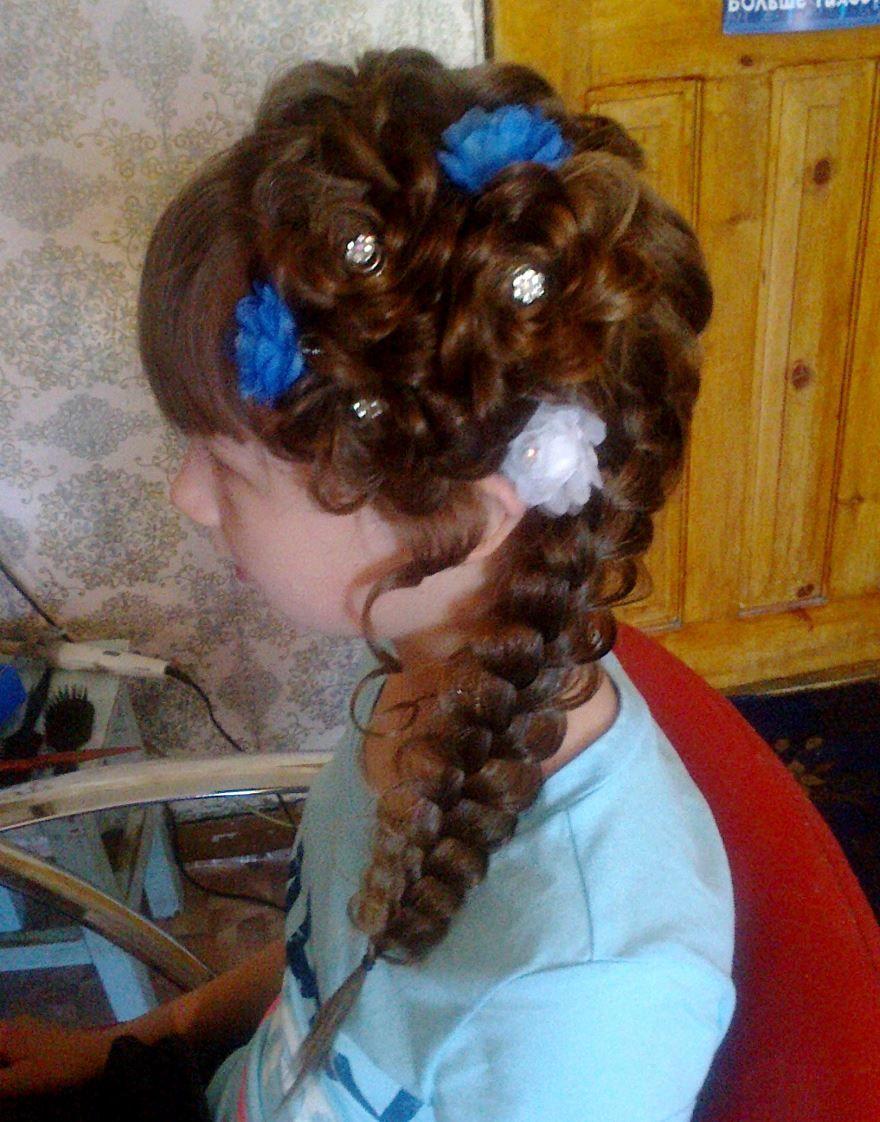 Прическа на длинные волосы на выпускной 4 класс
