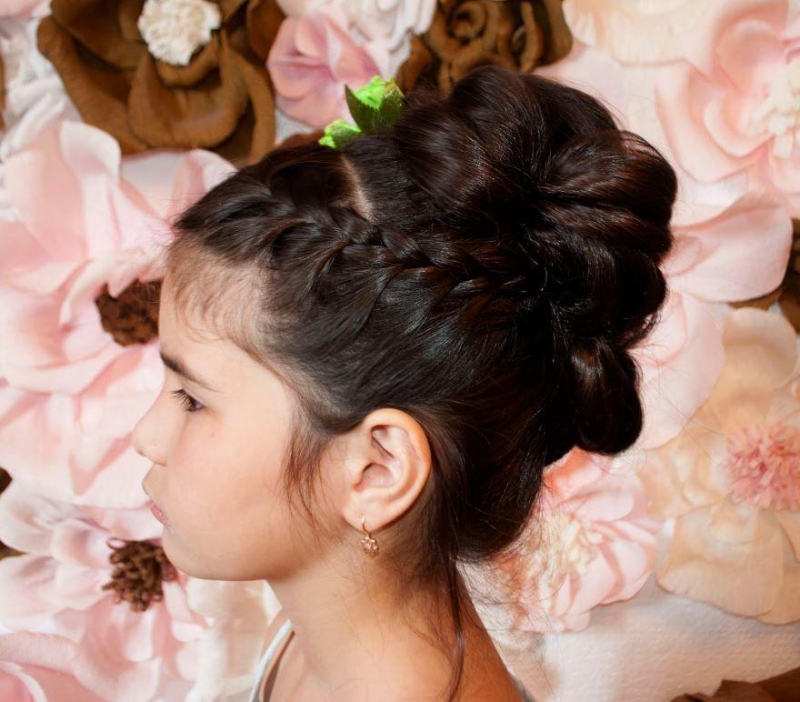 Красивая прическа на длинные волосы для девочки на выпускной