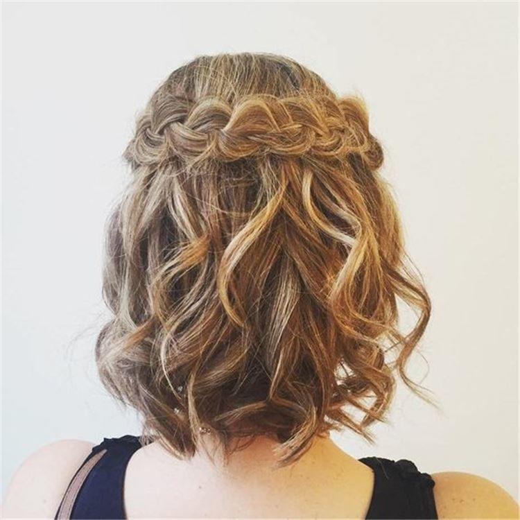 Прическа для девушки на выпускной, короткие волосы