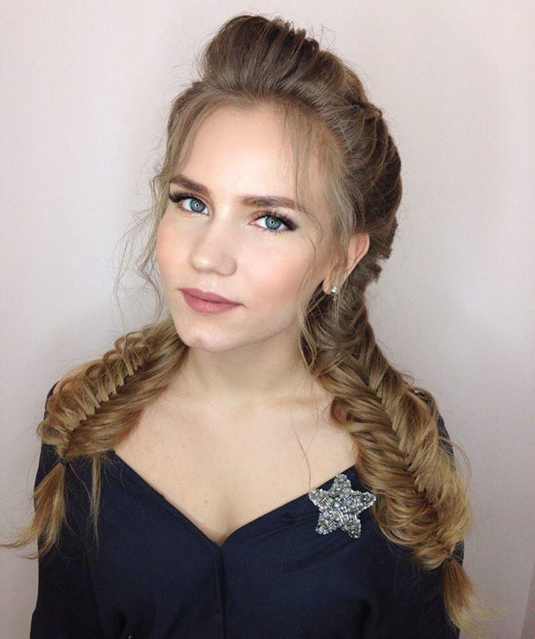 Красивая прическа на длинные волосы для девушки на выпускной 9 класс
