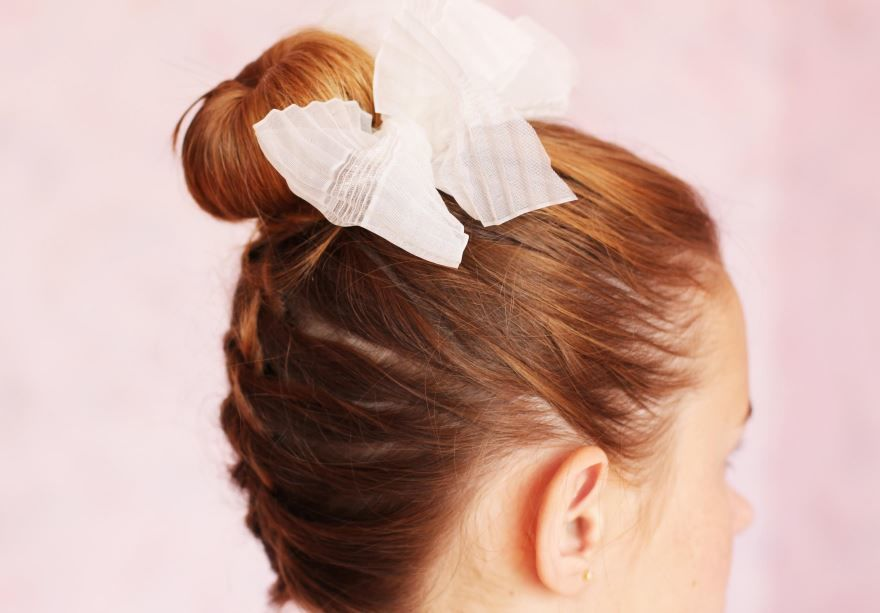 Прическа на выпускной для девушки, средние волосы
