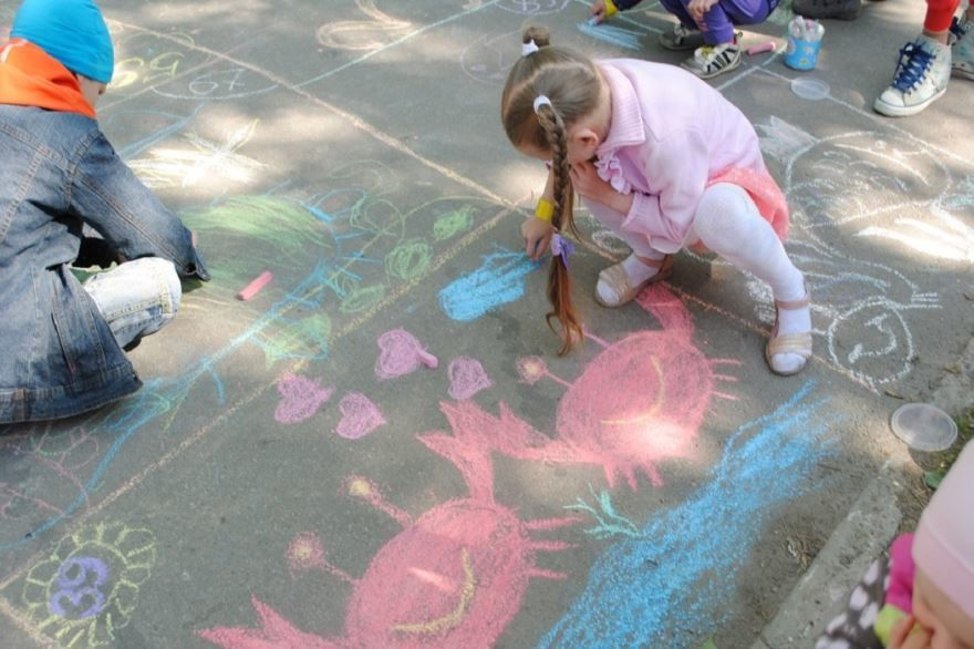 Рисунки детей к 1 июня на асфальте