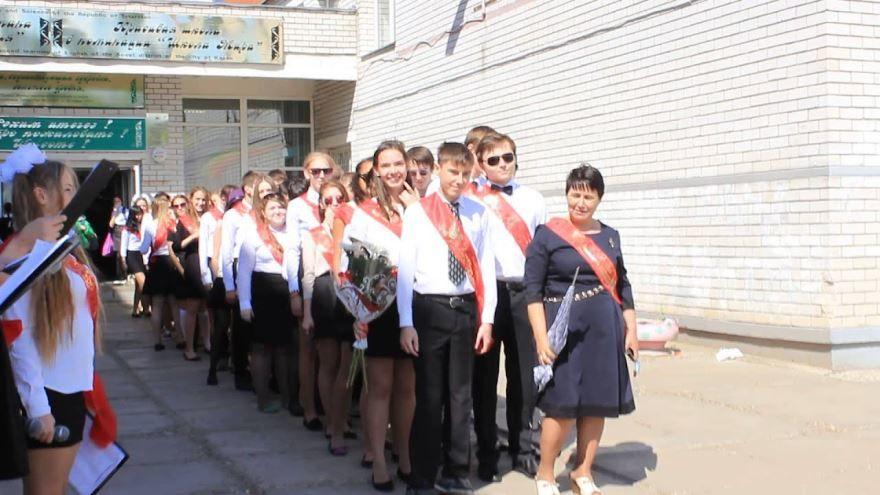 Выход выпускников и учителя на последний звонок, фото