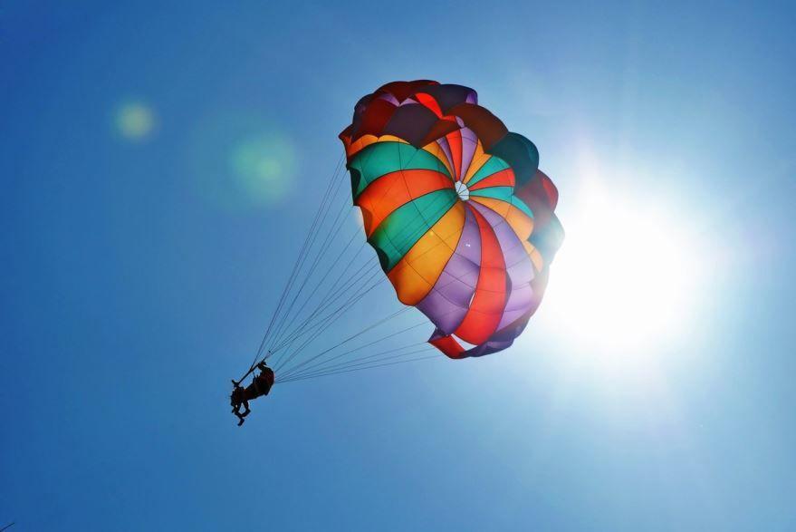 Подарить подарок женщине - прыжок с парашютом