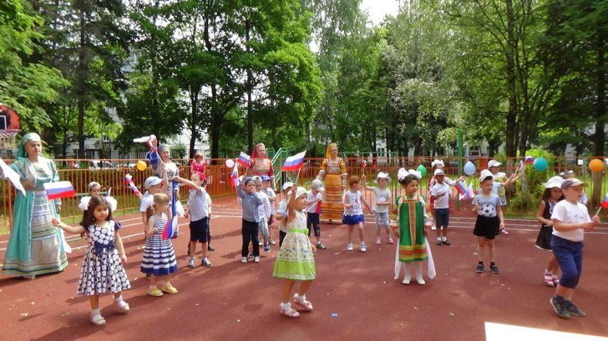 Праздник день России в детском саду, на улице