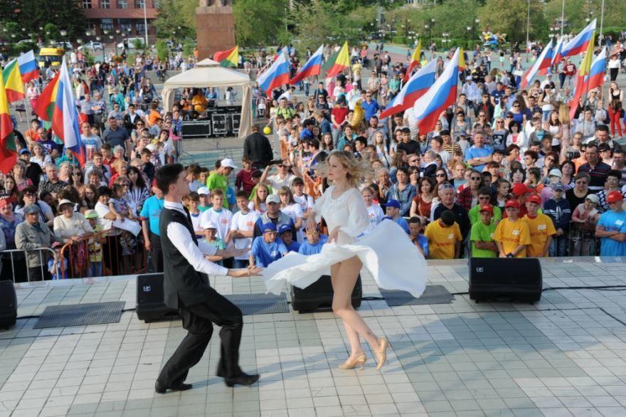 Праздник день России на улице