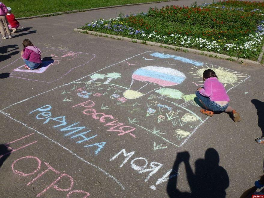 Рисунок на тему - день России, на асфальте
