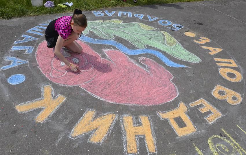 Рисунки на асфальте в детском лагере на день России