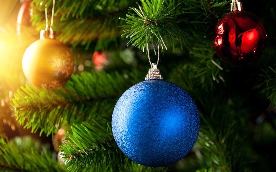 Новогодняя елка шарами гирляндами синими золотыми